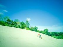 Wit zandstrand bij de Mekong rivier, Thailand stock foto's