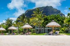 Wit zandstrand dichtbij de berg van Le Morne Brabant, Mauritius Royalty-vrije Stock Fotografie