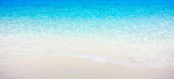 Wit zandstrand met glasheldere overzees Royalty-vrije Stock Foto