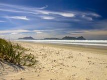 Wit Zandstrand met Mooie Blauwe Hemel in Waipu, Nieuw Zeeland Stock Afbeelding