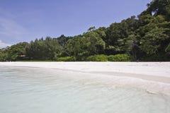 Wit zandstrand van eiland Tasai Stock Foto's