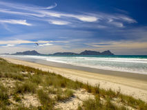 Wit Zandstrand in Waipu met Mooie Blauwe Hemel Stock Foto's