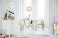 Wit zolderbinnenland met opmaker royalty-vrije stock fotografie