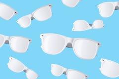 Wit zonnebrilpatroon op pastelkleur blauwe achtergrond Minimale samenvatting Royalty-vrije Stock Afbeeldingen