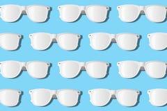Wit zonnebrilpatroon op pastelkleur blauwe achtergrond Minimale samenvatting Royalty-vrije Stock Foto