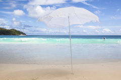 wit zonnescherm bij het strand stock afbeeldingen