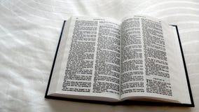 Święta biblia Otwarta Matthew Zdjęcia Stock