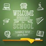 Wita z powrotem szkoły wiadomość na chalkboard z ilustracja wektor