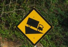 Witah ripido del segnale stradale un camion che guida giù un downgrade ripido in nero ed in giallo sul segnale stradale del backg immagini stock libere da diritti