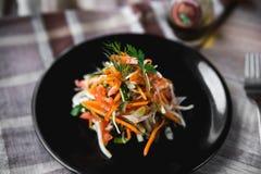 Witaminy świeżego warzywa sałatkowy julienne na czarnym talerzu Fotografia Stock