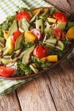 Witaminy sałatka mango, avocado, kiwi, pomidoru i sałaty zakończenie, obrazy stock