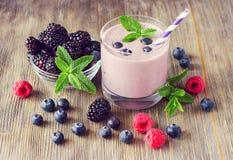 Witaminy smoothie z jagodami, rocznika wieśniaka tło Obraz Stock