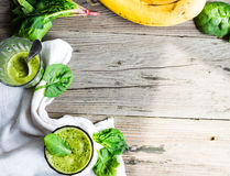 Witaminy zielony smoothie z szpinaków liśćmi, bananem i arachidu mlekiem, Zdjęcia Stock