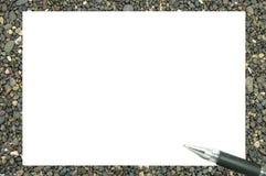 Witboek en een pen op een stapel van rotsen Royalty-vrije Stock Foto's