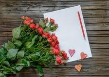 Witboek met de voorwerpen en het potlood van de Valentijnskaartendag Stock Foto's