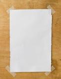 Witboek op de houten muur Royalty-vrije Stock Afbeeldingen