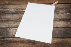 Witboek op houten achtergrond Royalty-vrije Stock Foto