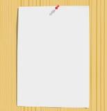 Witboekblad en bont spelden op houten textuur Royalty-vrije Stock Fotografie