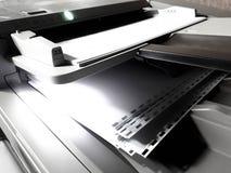 Witboekbladen op de printer stock afbeeldingen