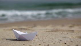 Witboekboot op het strand stock footage