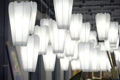 Witboeklamp het hangen op het plafond in donkere toon stock foto's