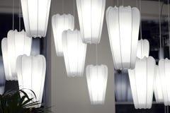 Witboeklamp het hangen op het plafond in donkere toon stock afbeelding