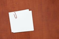 Witboeknota met een klem stock fotografie