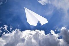 Witboekvliegtuig in een blauwe hemel met wolken Het berichtsymbool in de boodschapper royalty-vrije stock foto's
