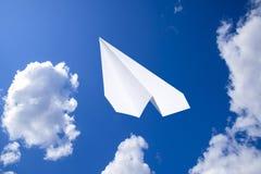 Witboekvliegtuig in een blauwe hemel met wolken Het berichtsymbool in de boodschapper royalty-vrije stock foto