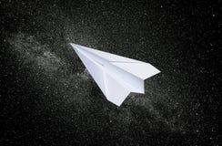 Witboekvliegtuig op een sterrige achtergrond Het symbool van vrijheid en privacy op royalty-vrije stock foto's
