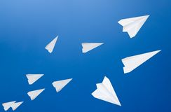 Witboekvliegtuigen tegen de blauwe hemel Het symbool van vrijheid en privacy  stock foto