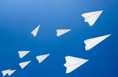 Witboekvliegtuigen tegen de blauwe hemel Het symbool van vrijheid en privacy  royalty-vrije stock afbeelding