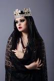 witchcraft Donna in vestiti e corona antiquati fotografie stock libere da diritti