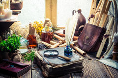 Witcher de vintage labolatory avec des rouleaux et des ingrédients photographie stock libre de droits