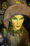 Witchy万圣夜装饰-美丽的地球巫婆细节棕色服装和帽子的有非常嫉妒的-选择聚焦 免版税库存照片