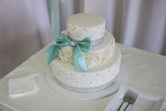Wite ślubni torty Wysoka ciętość obrazy stock