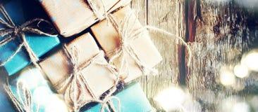 Świąteczni pudełka z Bieliźnianym sznurem Błyszczeć Boke Format dla sieć projekta Fotografia Stock