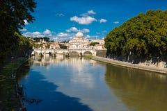 Świętego Angelo most i bazylika St Peter przy nocą z Watykan w tle w Rzym, Włochy Fotografia Stock