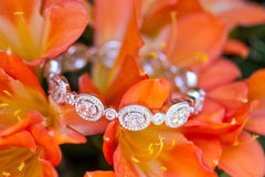 Witgoud en diamantarmband stock afbeelding