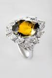Witgoud of zilveren ring met gele saffier Royalty-vrije Stock Fotografie