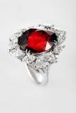 Witgoud of zilveren ring met rode robijnrode halfedelsteen Stock Afbeelding