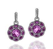 Witgoudoorringen met violette amethisten en witte diamanten Stock Afbeeldingen