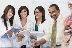 with教授女学生在科学实验室 免版税图库摄影