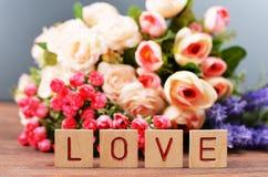 Withflowers поздравительной открытки с подарочной коробкой на день ` s валентинки Святого праздника Стоковая Фотография