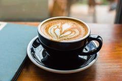 Withj do latte do café um livro em uma janela fotos de stock royalty free