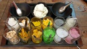 Withmany sort för thailändsk kokosnötglassserve av toppning Royaltyfri Foto