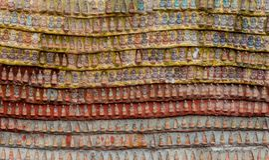 Withs резного изображения сидя Buddhas в пещере чокнутого Kaw стоковые изображения