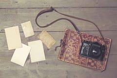 老减速火箭的照相机withvintage象册和空白的图片 免版税库存照片