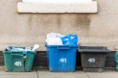Witn nummer 48 för askar för fack för avskräden för avfalls för dagsiktsplastice på den brittiska vägen Arkivfoton