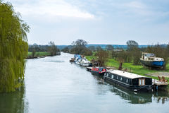 WITNEY, OXFORDSHIRE/UK - 23-ЬЕ МАРТА: Шлюпки канала на реке Tha Стоковое фото RF